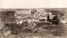 """Stará olejna (vlevo) a""""Zámek"""" předrokem 1880"""