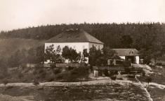 """""""Zámek"""" - bývalá úřednická budova (kancelář) továrny nakyselinu sírovou (""""Olejna"""") založené vr. 1833ve východní části obce"""
