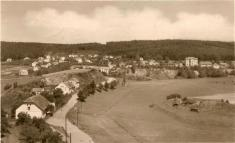 """Pohled zr. 1954- dnešní ulice """"Ke Škále"""". Pohled má neúplné poštovní razítko asi zroku 1954"""
