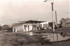 Benzinová pumpa - těsně pootevření